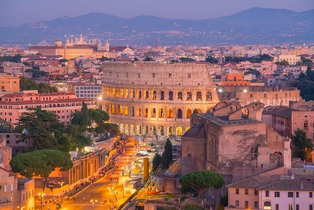 Vue de dessus des toits de la ville de rome avec le colisée de castel sant'angelo, italie.