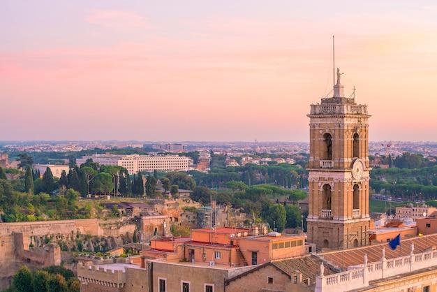 Vue de dessus des toits de la ville de rome avec le colisée et le forum romain en italie.