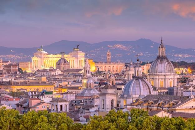 Vue de dessus des toits de la ville de rome depuis castel sant'angelo, italie.