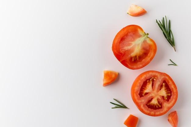 Vue de dessus tomate fraîche sur blanc isolé avec un espace vide
