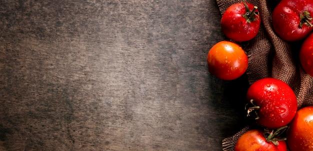 Vue de dessus des tomates d'automne avec espace copie