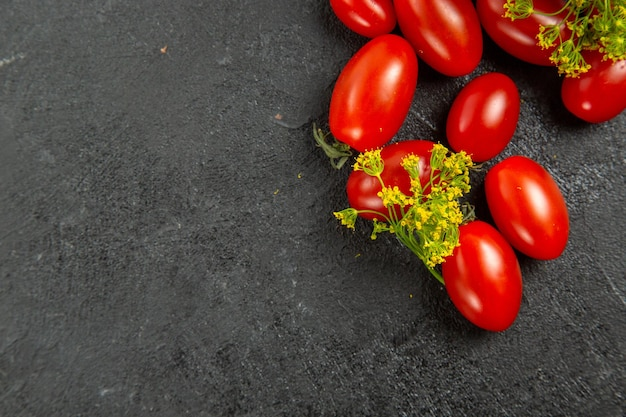 Vue de dessus des tomates cerises et des fleurs d'aneth en haut à droite du sol sombre avec copie espace