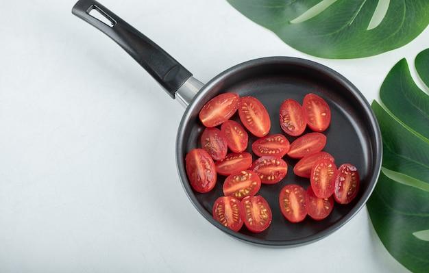 Vue de dessus des tomates cerises sur une poêle.