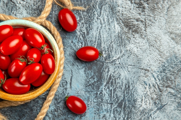 Vue de dessus tomates cerises rouges avec des cordes