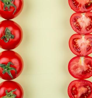 Vue de dessus des tomates sur les côtés gauche et droit sur une surface jaune avec copie espace