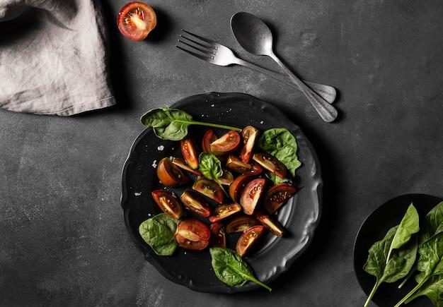 Vue de dessus des tomates avec des feuilles de légumes