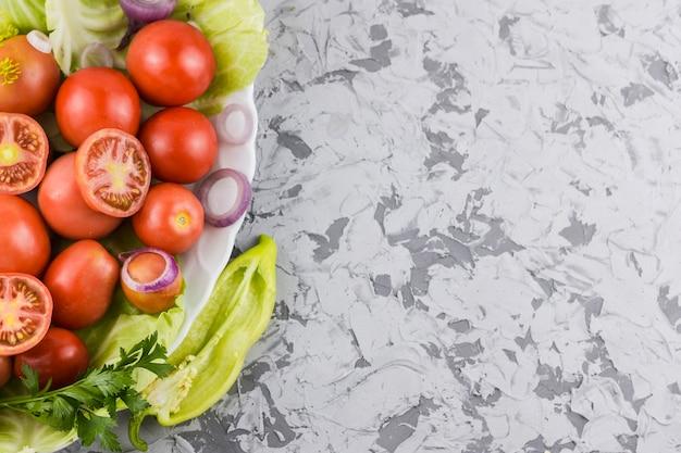 Vue de dessus de tomates et légumes avec espace de copie