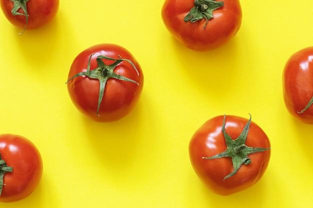 Vue de dessus de tomates mûres rouges