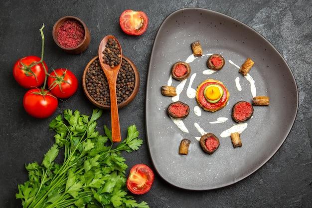Vue de dessus des tomates rouges fraîches avec des verts sur une surface grise