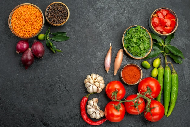 Vue de dessus des tomates tomates piments épicés herbes bol de lentilles oignon poivre noir