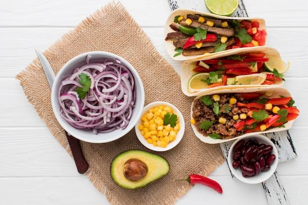 Vue de dessus des tortillas fraîches avec viande et légumes