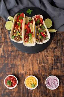 Vue de dessus des tortillas avec viande et légumes