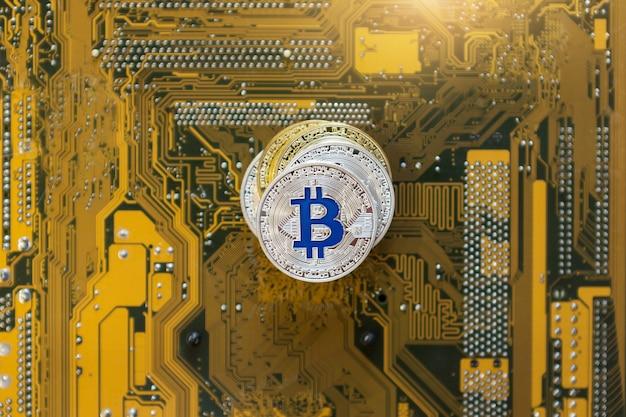 Vue de dessus de la tour des bitcoins d'or et d'argent, mise à plat. image conceptuelle pour la monnaie crypto sur fond de carte mère.