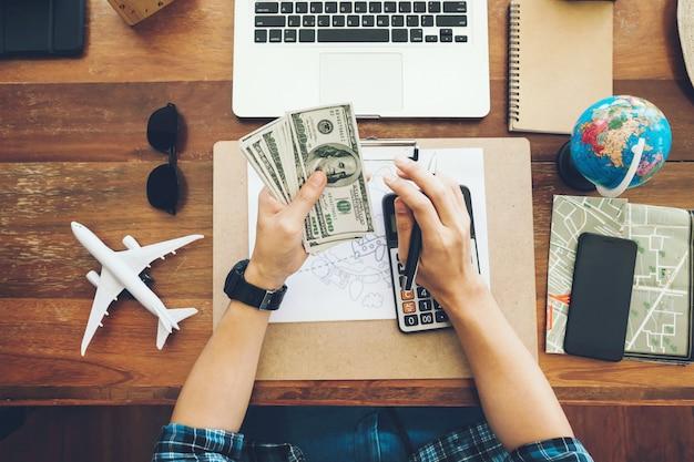 Vue de dessus touristique comptant l'argent à dépenser pendant ses vacances de luxe