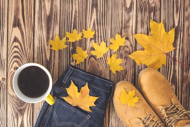 Vue de dessus tourné de fond d'automne. vêtements pour femmes d'automne à plat. armoire femme.