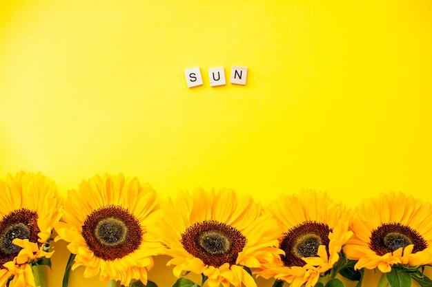 Vue de dessus tournesols avec message soleil