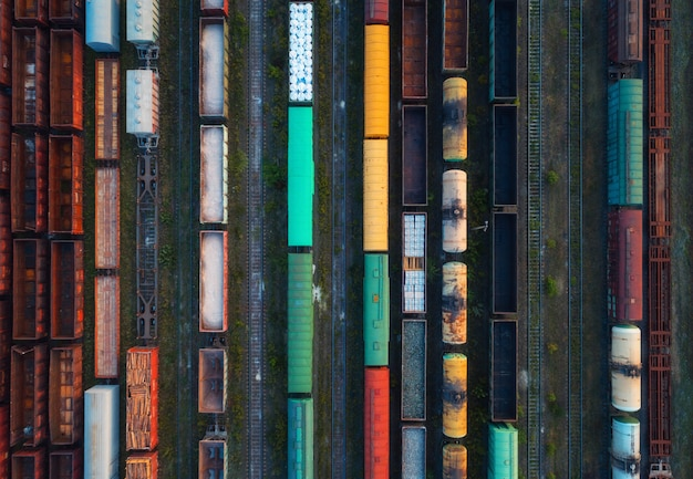 Vue de dessus des trains de marchandises colorés