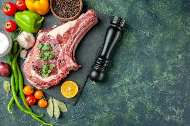 Vue de dessus tranche de viande avec poivre et sel sur fond bleu foncé couleur nourriture viande cuisine animal poulet boucher