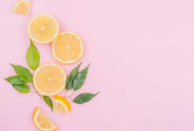 Vue de dessus des tranches de citron bio avec espace copie
