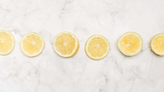 Vue de dessus de tranches de citron fraîchement coupées