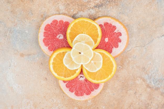 Vue de dessus des tranches de citron, d'orange et de pamplemousse. photo de haute qualité
