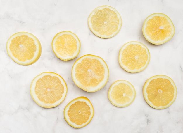 Vue de dessus des tranches de citron de toutes tailles