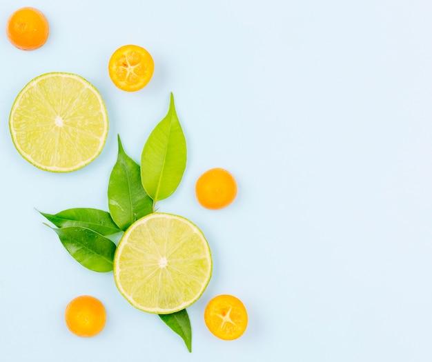 Vue de dessus des tranches de citron vert bio avec espace copie