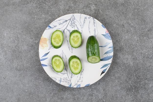 Vue de dessus des tranches de concombre frais et sains.