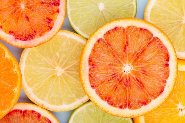 Vue de dessus des tranches de fruits citriques sur la table