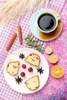 Vue de dessus des tranches de gâteau avec des fraises et une tasse de café sur le gâteau de plancher rose cuire au four biscuit sucré couleur sucre tarte cookie