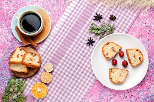 Vue de dessus des tranches de gâteau avec une tasse de café sur le fond rose gâteau cuire biscuit sucré couleur sucre tarte cookie