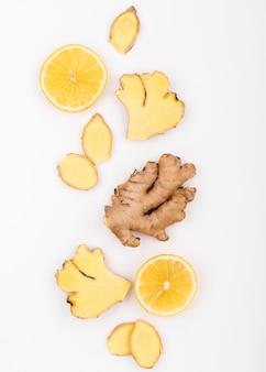 Vue de dessus de tranches de gingembre et de citron