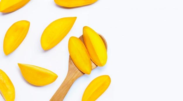 Vue de dessus des tranches de mangue