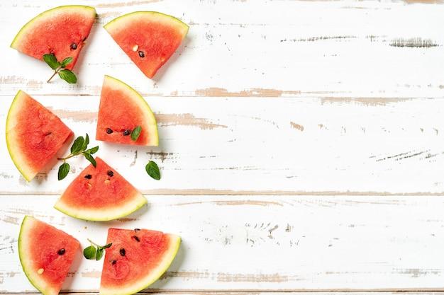 Vue de dessus des tranches de melon d'eau sur fond blanc