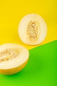 Une vue de dessus en tranches de melon frais doux pulpeux moelleux isolé sur vert-jaune