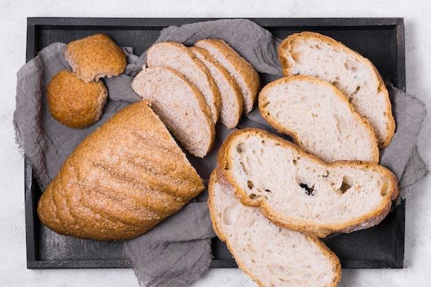 Vue de dessus des tranches de pain au four sur le plateau