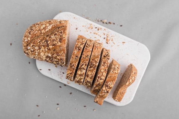 Vue de dessus des tranches de pain sur une plaque blanche