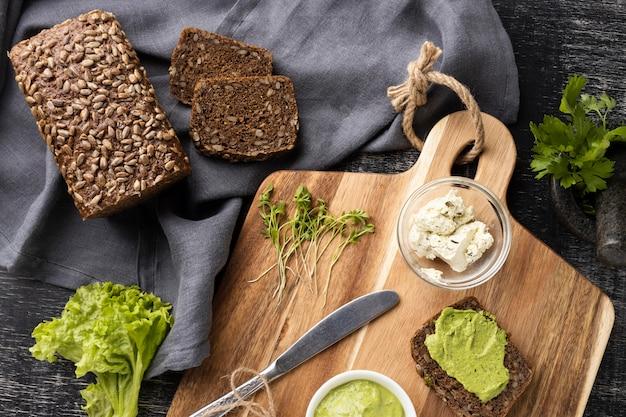 Vue de dessus des tranches de pain pour sandwichs avec salade