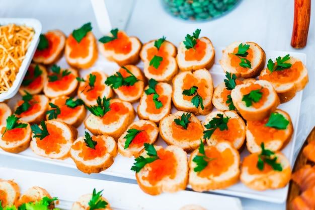 Vue de dessus des tranches de pain avec restaurant restaurant caviar