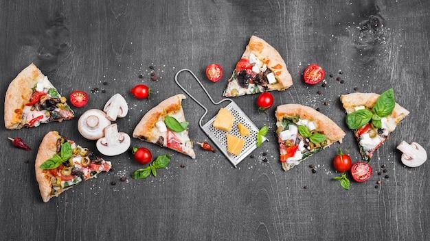 Vue de dessus des tranches de pizza au fromage