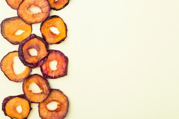 Vue de dessus des tranches de prune séchées isolé sur fond blanc avec espace de copie