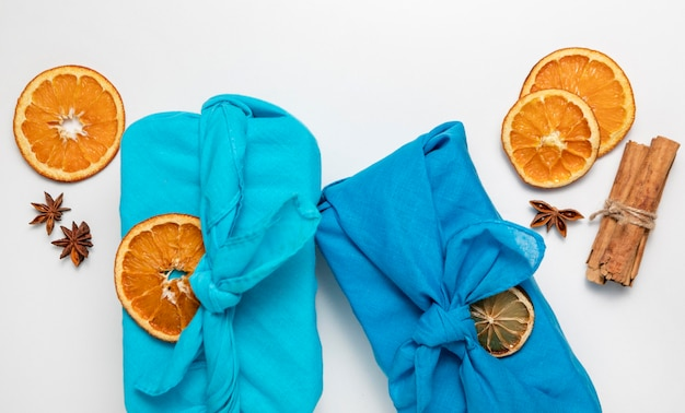Vue de dessus avec des tranches de tissu et d'orange