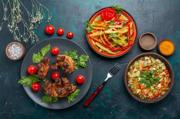 Vue de dessus des tranches de viande frite avec soupe de légumes et assaisonnements sur bureau bleu foncé repas de légumes repas de viande