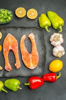 Vue de dessus des tranches de viande frites avec des légumes frais sur fond sombre