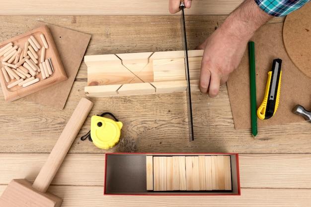 Vue de dessus travaillant sur le concept de menuiserie en bois