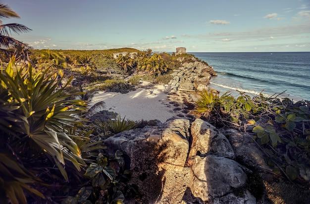 Vue de dessus d'une très petite plage naturelle sur la mer des caraïbes dans la riviera maya au mexique. prise au complexe maya de tulum.