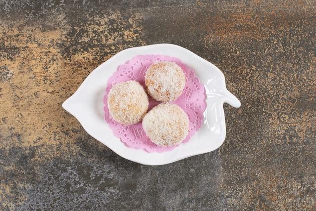 Vue de dessus de trois biscuits faits maison frais
