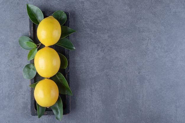 Vue de dessus de trois citrons d'affilée.