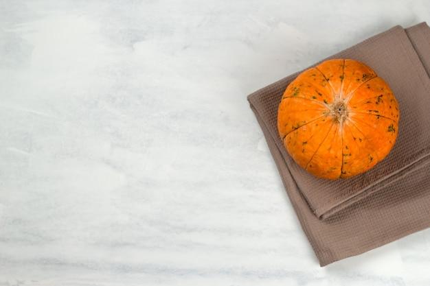 Vue de dessus trois citrouilles sur une serviette, copie espace automne fond