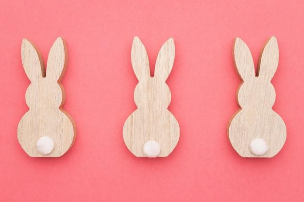 Vue de dessus trois décorations de lapin